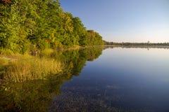 Pustkowie jeziora odbicia zdjęcia royalty free