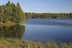 Pustkowie jezioro w Jaskrawym świetle słonecznym fotografia royalty free
