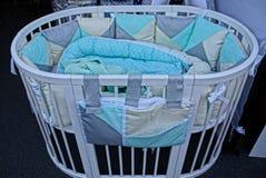 Pusty łóżko polowe z koc i koc Zdjęcia Royalty Free