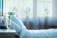 Pusty łóżko szpitalne w kliniki sala obraz royalty free