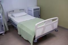 Pusty łóżko w oddziale przy szpitalem fotografia stock