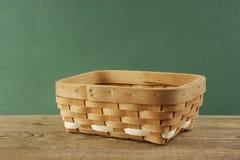 Pusty łozinowy kosz na starym drewnianym stole zdjęcie stock