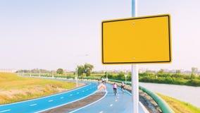 Pusty żółty billboard na roweru pasie ruchu (rocznika brzmienie) Fotografia Stock