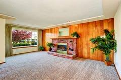 Pusty żywy pokój z drewnianą panel ścianą, grabą i Zdjęcie Stock