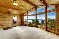 Pusty żywy pokój z dywanową podłoga w drewnianym podstrzyżenie domu Obrazy Royalty Free