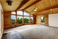 Pusty żywy pokój z dywanową podłoga w drewnianym podstrzyżenie domu Zdjęcie Royalty Free