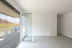 Pusty żywy pokój z wielkimi okno zdjęcie stock