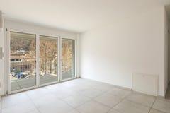 Pusty żywy pokój z wielkimi okno obraz stock