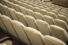 Pusty audytorium z beżowymi krzesłami, theatre lub sala konferencyjną, obrazy royalty free