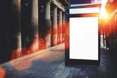 Pusty autobusowej przerwy billboard z kopii przestrzeni ekranem dla twój promocyjnej zawartości lub wiadomości tekstowej, reklamu Obraz Stock
