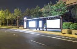 Pusty autobusowej przerwy reklamowy billboard w mieście przy nocą Fotografia Stock
