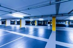 Pusty błękitny garaż z żółtymi kolumnami obrazy stock