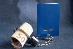 Pusty błękitny paszportowy tło na szarym tle od z euro w kajdankach pojęcie brak pieniądze dla podróży fotografia royalty free