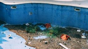 Pusty basen z śmieci w nim zdjęcia royalty free