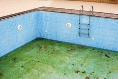 Pusty basen z drabiną lub krokami obraz stock