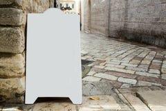 Pusty biały plenerowej reklamy stojaka kanapki deski egzamin próbny w górę szablonu obraz stock