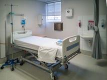 Pusty biały łóżko szpitalne w czystej klinice obrazy royalty free