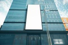 Pusty biały billboard na szklistej ścianie centrum biznesu, wyśmiewa up ilustracji
