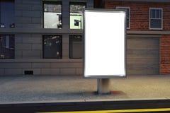Pusty biały billboard na ulicie przy nocą ilustracji