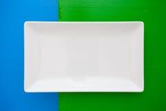 Pusty biały ceramiczny naczynie dalej nad błękita i zieleni tłem, rect obrazy stock