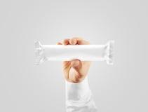 Pusty biały cukierku baru plastikowego opakunku egzamin próbny w górę mienie ręki Zdjęcia Royalty Free