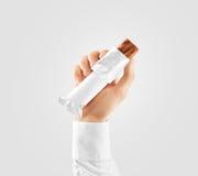 Pusty biały cukierku baru plastikowy opakunek otwierał mockup chwyta rękę zdjęcia stock