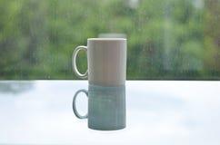 Pusty biały kawowego kubka następny duduś brudny okno obraz stock