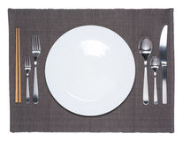Pusty biały naczynie, rozwidlenie, łyżka, nóż i chopsticks, zdjęcie royalty free