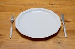 Pusty biały obiadowy talerz z nożem i rozwidleniem Obrazy Royalty Free