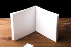 Pusty biały papier dla notatek, notatnik, dzienniczek, broszura, organizator na drewnianym stole Reklamujący, materiały, edukacja Fotografia Stock