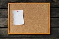 Pusty białego papieru notepad na korek desce Zdjęcia Stock
