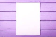 Pusty biały papier na drewnianych deskach Obraz Royalty Free
