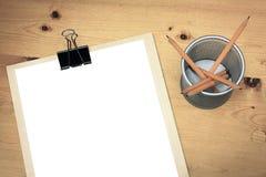 Pusty biały papier na drewnianym stole fotografia royalty free