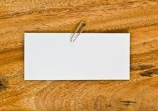 Pusty biały papier na drewnianym tle Obrazy Stock