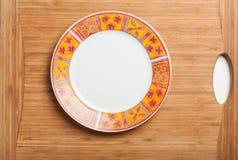 Pusty bielu talerz na drewnianej desce Obraz Royalty Free