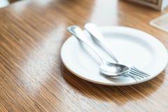 pusty bielu talerz na stole fotografia royalty free