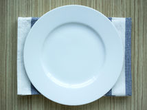 Pusty bielu talerz z tablecloth Zdjęcia Stock