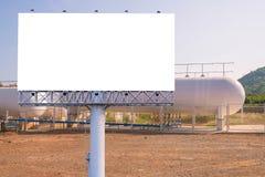 Pusty billboard dla reklamy z gazów naturalnych składowymi zbiornikami Zdjęcie Stock