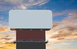 Pusty billboard pod przeciw błękitowi z chmurnym niebem Obrazy Stock