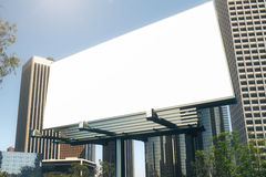 Pusty billboard przy drapacza chmur backgound Zdjęcia Stock