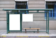 Pusty billboard przy przystankiem autobusowym - Doskonalić kąt dla twój dodaje fotografia stock