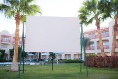 Pusty billboard z tropikalnymi drzewkami palmowymi Obrazy Stock