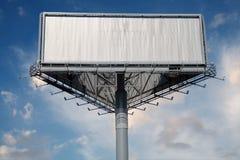 pusty billboardu niebieskie niebo Zdjęcia Stock