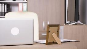 Pusty biuro bez ludzi w nim i premia laptopu na biurku zbiory