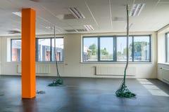Pusty biurowy pokój z kablami Zdjęcia Royalty Free