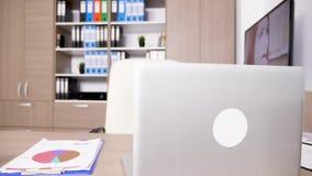 Pusty biurowy wnętrze z premia laptopem na stole zbiory wideo