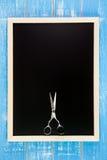 Pusty blackboard i nożyce fryzjera set Zdjęcie Stock