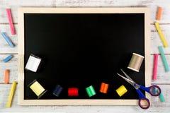 Pusty blackboard i szwalne nici na drewnianym stole Szablonu moc Zdjęcie Royalty Free