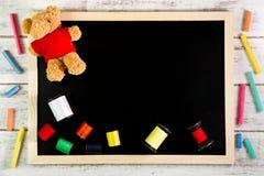 Pusty blackboard i szwalne nici na drewnianym stole Szablonu moc Fotografia Stock