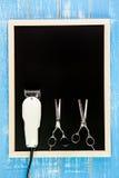 Pusty blackboard, nożyce fryzjery i cążki fryzjer męski, dalej zalecamy się Fotografia Stock